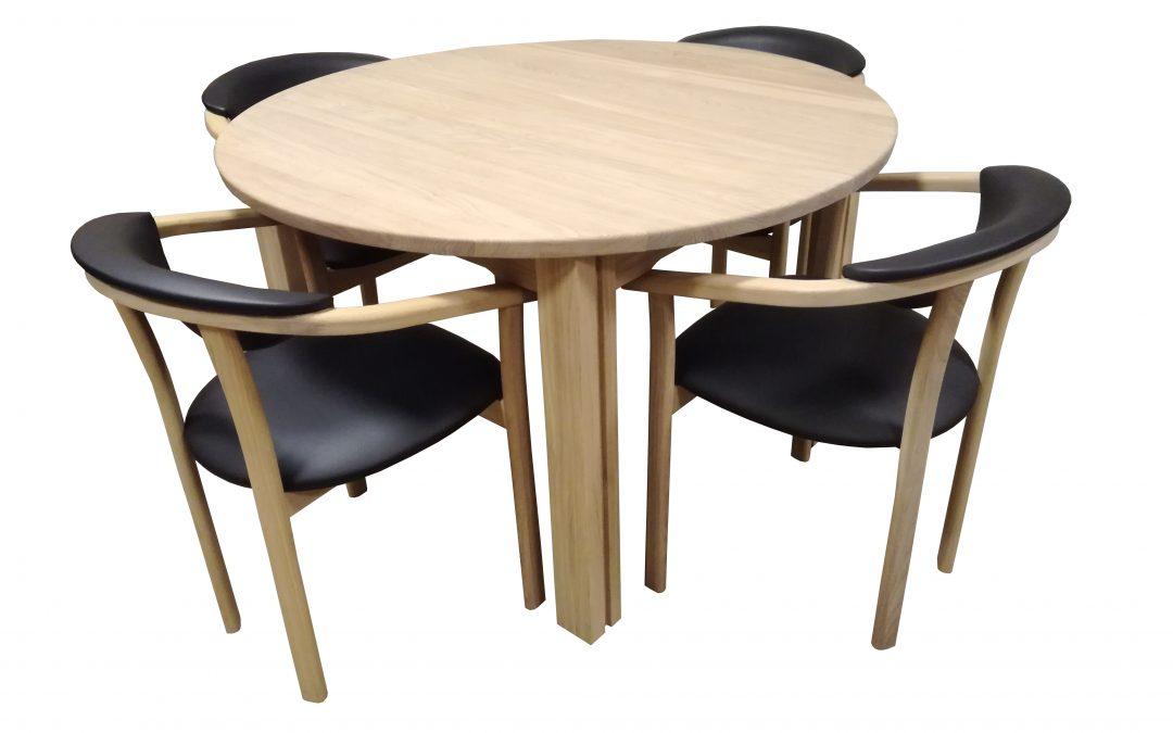 Et bord med plads til mange mennesker